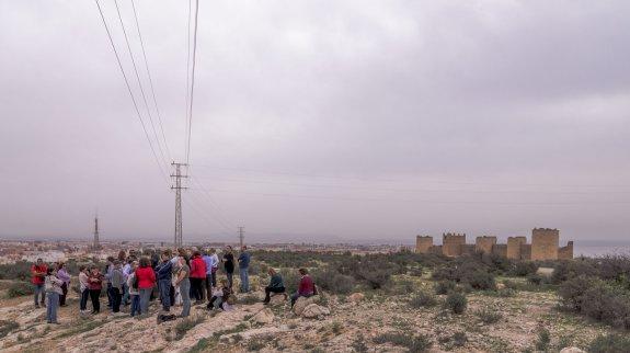 El grupo que participó en la visita guiada antes de acercarse a las murallas.